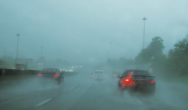 como calcular distancia de frenado en condiciones lluvia